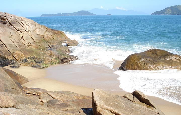 Manhã ensolarada na praia do Sununga.