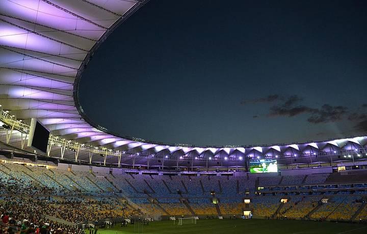 Estádio ainda maios belo com sistema de iluminação