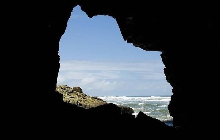 Gruta é uma das atrações da praia