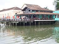 Bar e restaurante sobre as águas no centro histórico de São Chico