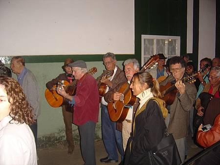 Participar das serenatas - Cortejo segue pelas ruas da cidadezinha