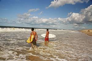 Pedra do Sal: Surfistas curtem boas ondas<br>