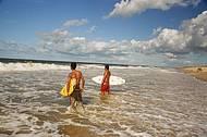 Surfistas curtem boas ondas