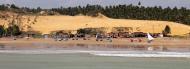 Mar, dunas e coqueiros se misturam na paisagem