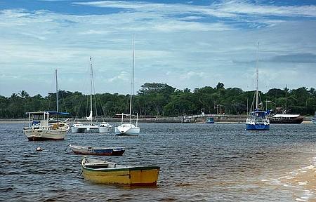 Travessia de barco pelo Rio Santo Antônio - Embarcações partem do pequeno porto