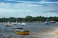 Embarcações partem do pequeno porto