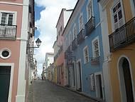 Uma das muitas ruas com casarões históricos