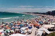 Praia do Forte fica lotada no verão