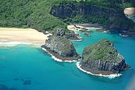 A praia (à esquerda) é perfeita para a preciar os Dois Irmãos