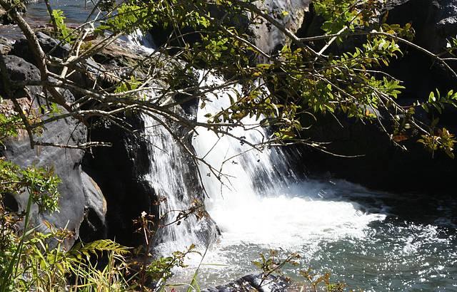 Vista lateral da cachoeira