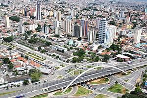 Centro: Paisagem reúne ponte metálica e arranha-ceús<br>