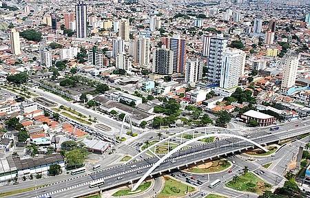 Centro - Paisagem reúne ponte metálica e arranha-ceús