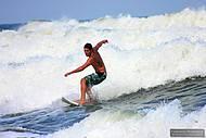 Surfista em São Sebastião.