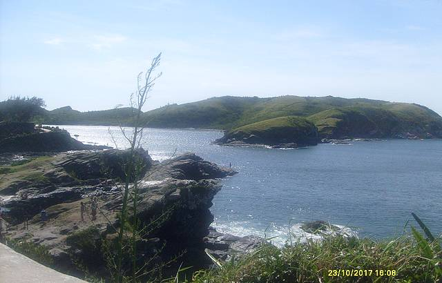 Vista das pedras para praia. Visão arquitetonica natural!