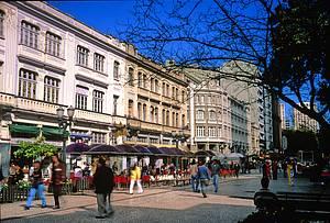 Rua XV de Novembro: Ponto de encontro de moradores e turistas -
