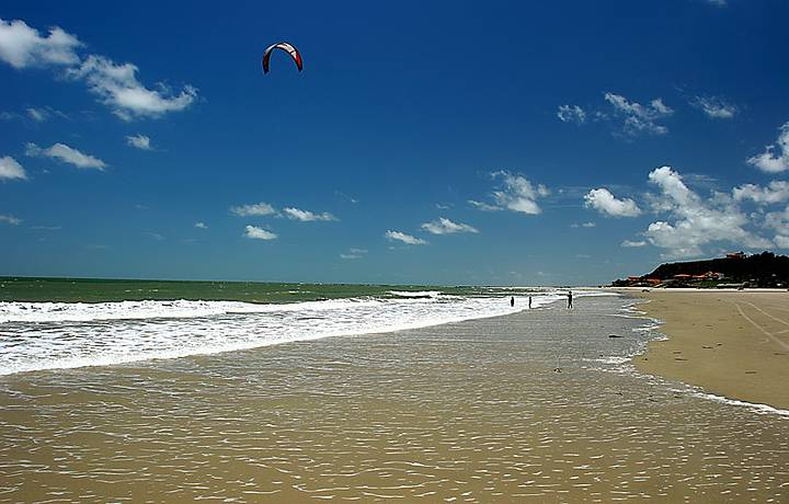 Bons ventos conduzem os kitesurfistas