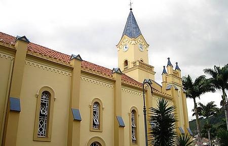 Matriz de São Lourenço - Igreja matriz no centro de Manhuaçu