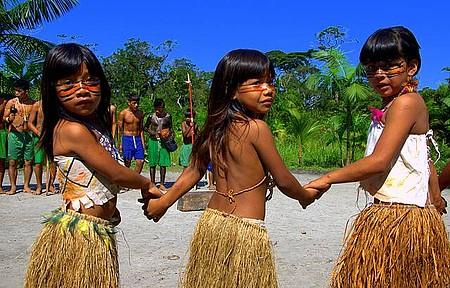 Visitar a aldeia dos índios guaranis - Meninas Guarani capricham nas danças