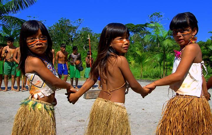 Meninas Guarani capricham nas dan�as