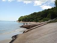 Existem faixas sem areia, onde a travessia é feita pelas pedras ou pela água.