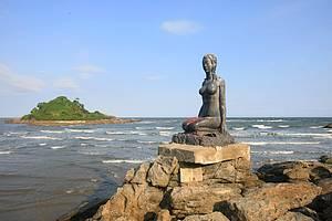 Praia dos Pescadores: Escultura enfeita o cenário<br>