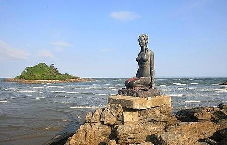 Praia dos Pescadores - Escultura enfeita o cenário