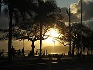 O povo passeia ao pôr do sol.