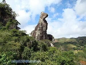 Pedra do C�o Sentado e Cachoeira V�u da Noiva