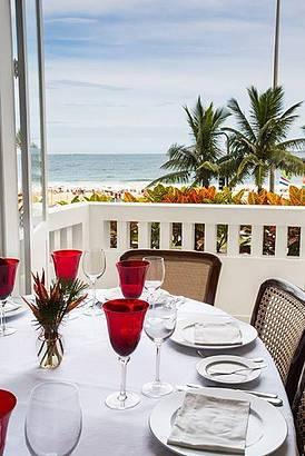 Mesas têm vista para a praia de Ipanema