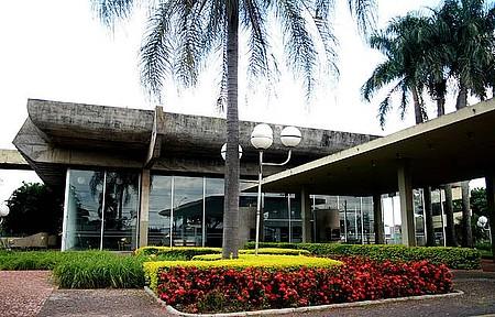 Teatro Municipal - Cultura envolta por plantas e árvores