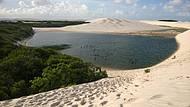 Areia, água e vegetação