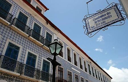 Espaço cultural tem fachada coberta por azulejos