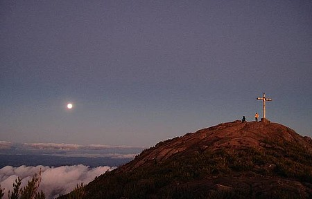 Lua surgindo durando o pôr do sol no Pico da Bandeira