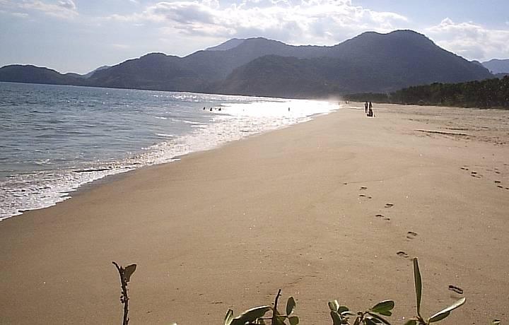 Só a praia...ainda tem o rio Puruba, que corre paralelo