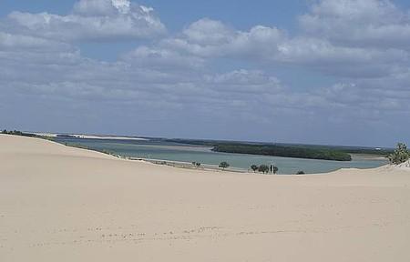 Dunas de Galinhos - Vista de cima das dunas, ao fundo uma lagoa muito salgada.