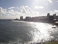 Linda vista da praia da Barra, com farol bem ao fundo