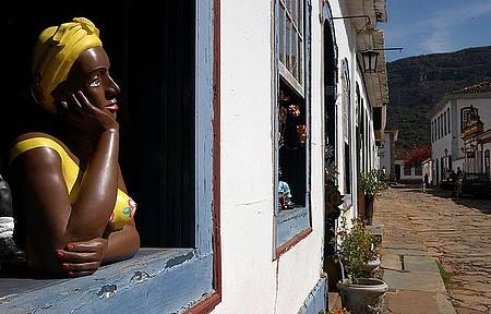 Compras - Peças coloridas são a cara da arte de Tiradentes