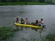 Passeio de canoa leva à cachoeira do Cleandro