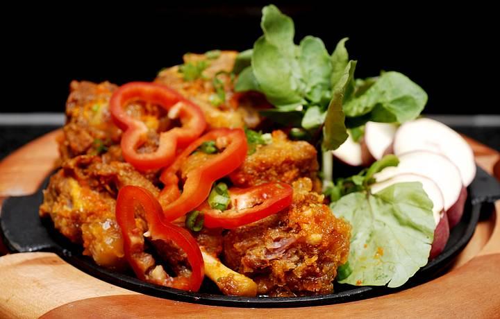 Rabada assada no bafo é servida com batata doce e agrião