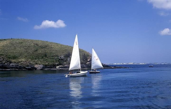 Os ventos fortes, típicos da Região dos Lagos, atraem velejadores