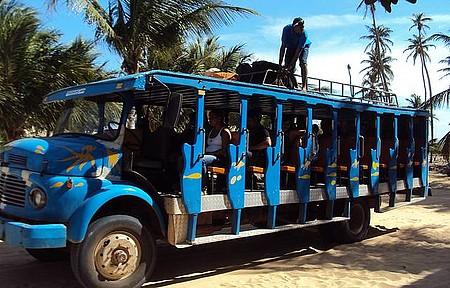 Ponto de onibus - Pau de arara que faz o transporte de Jijoca para Jericoacora