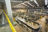 Das passarelas, avista-se partes da fábrica gigantesca