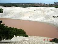 O famoso lago da Coca-cola em época de chuva vira lago da Fanta