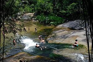 Escorrega: Todo mundo se encontra nas cachoeiras<br>