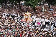 Festa reúne uma multidão pelas ruas