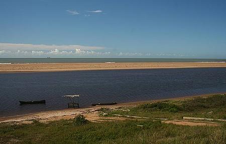 Barra Seca - Praia fica no encontro do rio com o mar