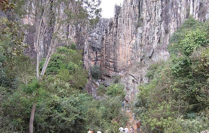 Repleta de salões, é uma das grutas mais bonitas da região