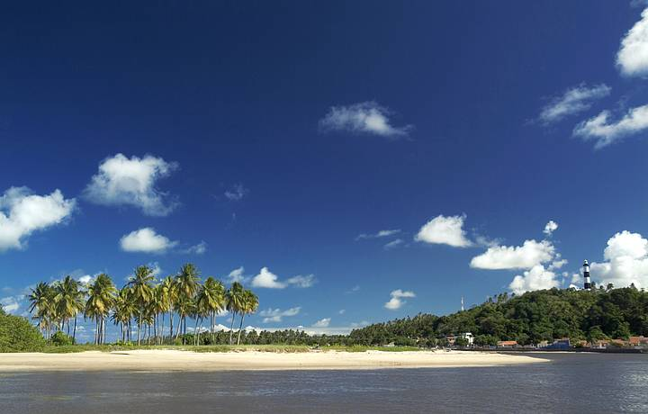 Rio, mar, coqueiros e farol