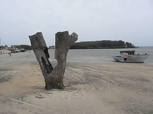 Praia de Atafona: Atrações são as as areias monazídicas e o encontro do mar com o rio -