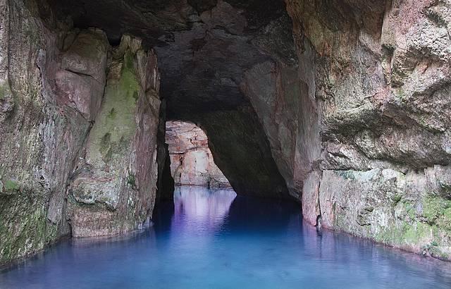 Lagoa Azul fica dentro da caverna Aroe Jari